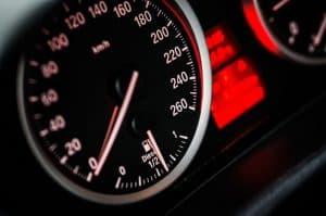 Wer braucht eine Kfz Versicherung? Tacho Geschwindigkeitsanzeige